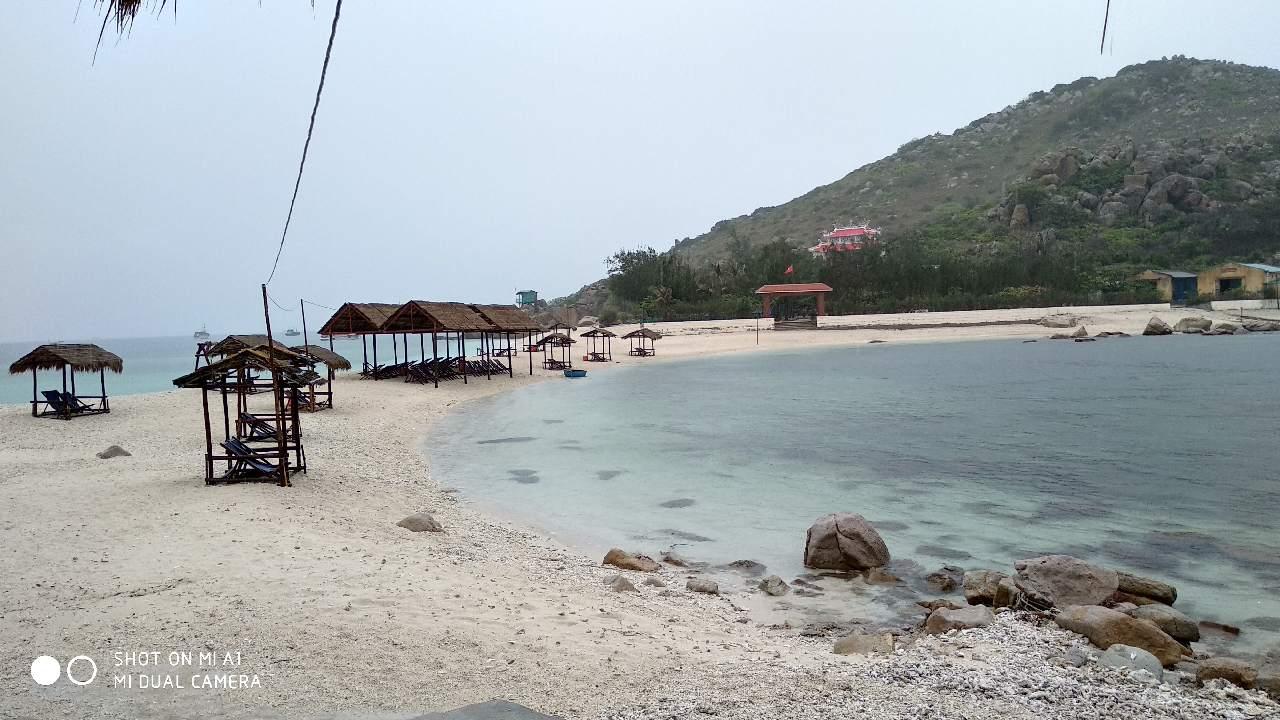 Bãi đôi Đảo Yến trong cơn mưa đầu mùa