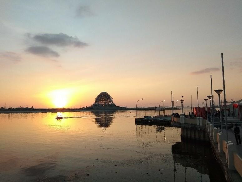 1 Gambar Pertama Pemandangan Sunset Di Pantai Losari Makassar 2