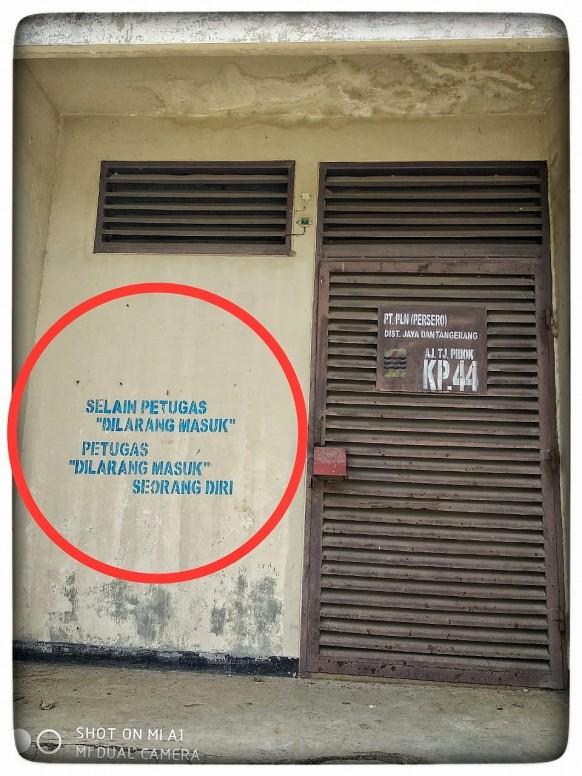 pln dilarang masuk seorang diri tiang listrik miring pagar besi terabai kan pohon yg fotografi mi community xiaomi pln dilarang masuk seorang diri tiang